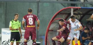 """Grifo di lotta: al """"Picchi"""" c'è il blitz (0-1). Un gol di Iemmello basta per piegare un volenteroso Livorno. Super Vicario neutralizza un rigore di Mazzeo, espulsione per Kouan"""