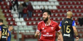 """Iemmello colpisce ancora: Pisa k.o. di misura al """"Curi"""". Un gol di testa dell'attaccante basta per raccogliere i tre punti contro i nerazzurri"""