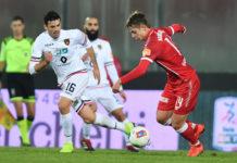 """Simy da 10, Cosenza e Perugia a braccetto all'Inferno. L'attaccante riporta il suo Crotone a """"riveder le stelle"""", lupi e grifoni cadono malamente tra le loro mura"""