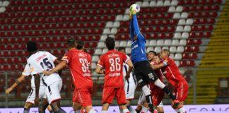 Il 'fortino' Perugia regge: il Crotone non va oltre lo 0-0. Nonostante tre quarti di gara in inferiorità per l'espulsione di Di Chiara, il Grifo resiste agli attacchi del Crotone e per poco non fa il 'colpaccio'