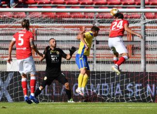 Cambio modulo e vittoria all'inglese: il Grifo torna a sorridere. Caserta passa al 3-5-2 e il Perugia trionfa sulla Fermana con un 2-0 firmato Negro e Moscati. Errore dal dischetto per Murano
